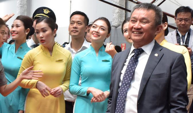越南航空首席执行官与乘务员