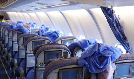 limpiando la cabina de una aerolínea