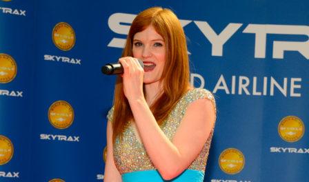 hayley griffiths cantando en los premios