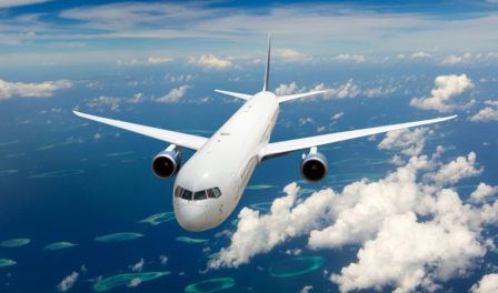avión sobrevolando el océano azul e islas