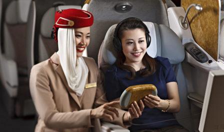 la tripulación de cabina de emirates muestra el sistema de entretenimiento a bordo