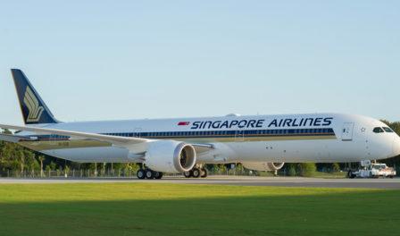 avión de singapore airlines en la pista