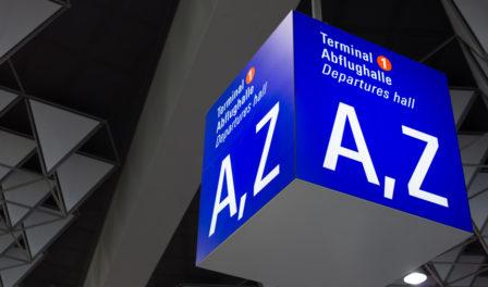 señal de la sala de salidas del aeropuerto