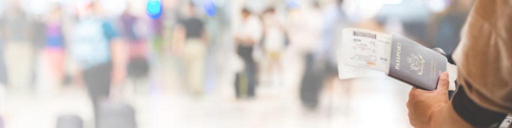 persona con pasaporte y tarjeta de embarque
