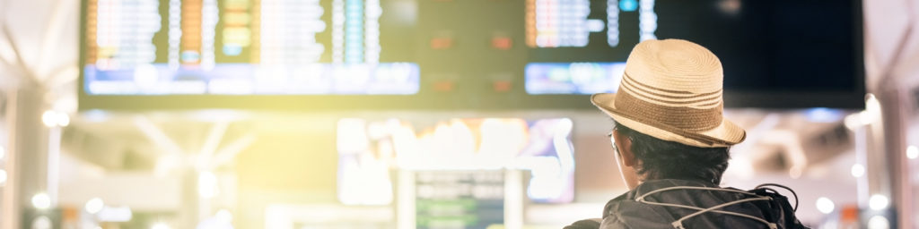 usuario mirando las pantallas informativas de vuelos